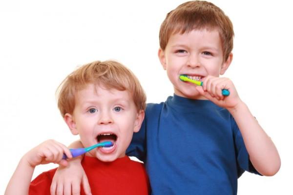 escovar dentes dos filhos